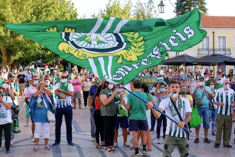 Adeptos na praça do Bocage - Apoio ao Vitória FC